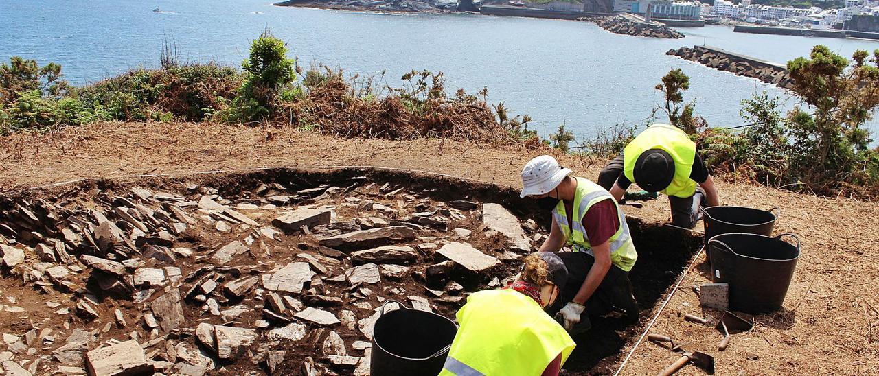 Los investigadores, ayer, trabajando en uno de los sondeos y en lo que podrían ser los restos de una cabaña. | T. Cascudo