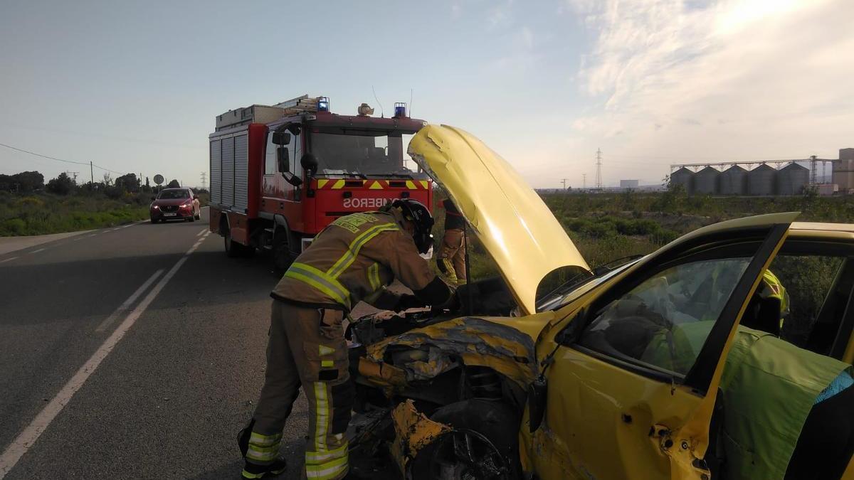 Bomberos intervienen en el accidente