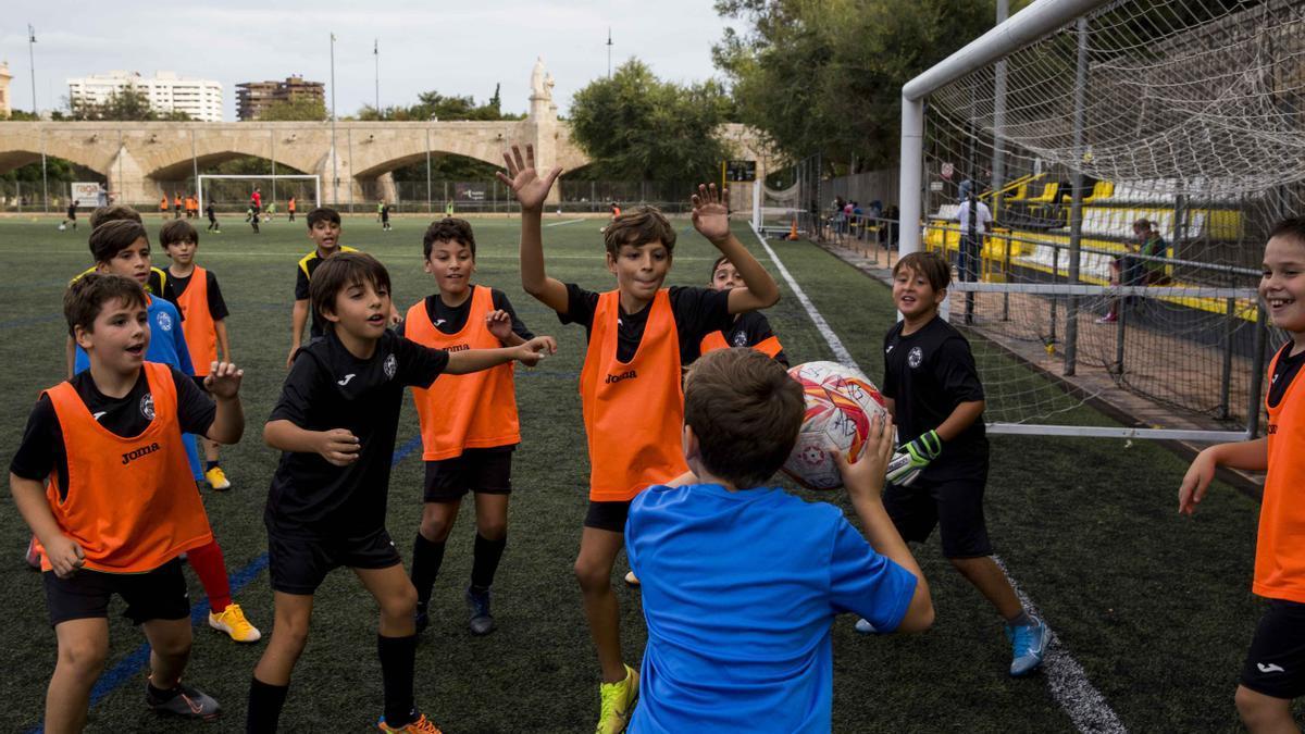 El deporte infantil no escapó de las restricciones. En la foto los chavales de las categorias inferiores Club de Futbol Serranos antes de que se prohibiera la asistencia de familiares