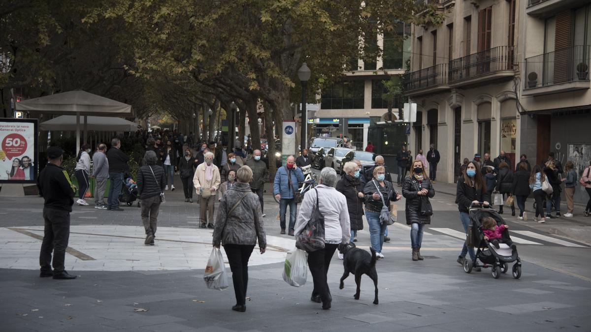 Imatge d'arxiu de gent passejant al Passeig Pere III de Manresa