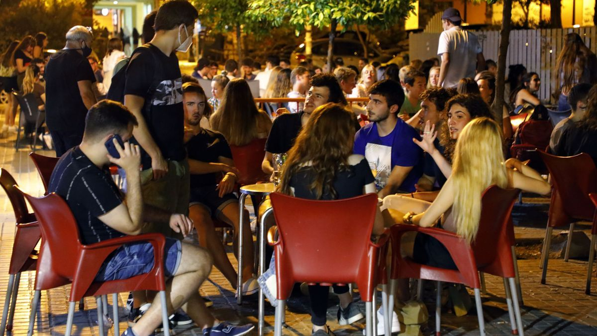 Un grupo de jóvenes anoche en la plaza Honduras al filo del cierre de locales.
