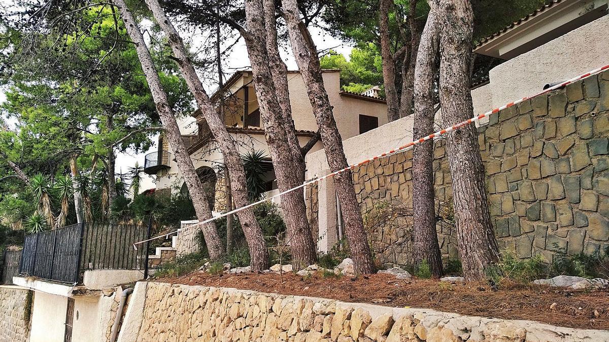 El chalet está en el acceso principal al Penyal d'Ifach y presenta un alto grado de abandono  | ALFONS PADILLA