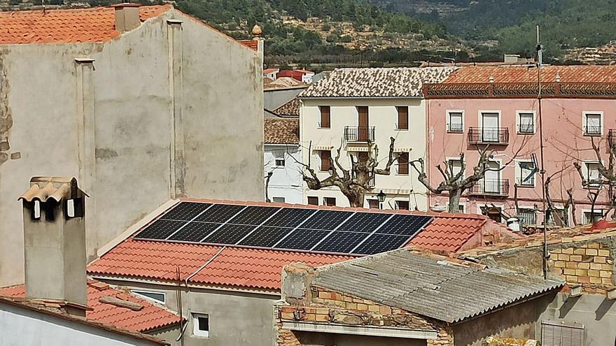 El PSPV en Chera acusa al edil del PP de instalar placas solares sin permiso