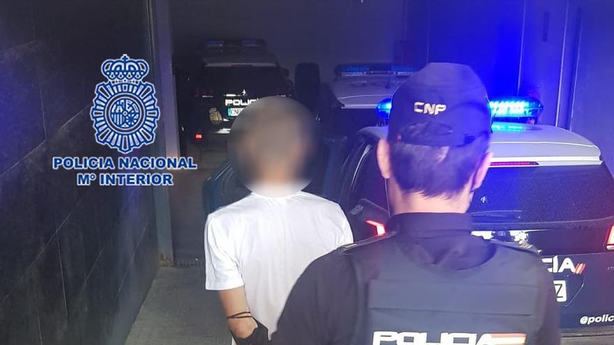 Un policía fuera de servicio retiene en Murcia a un hombre por robar el interior de una furgoneta