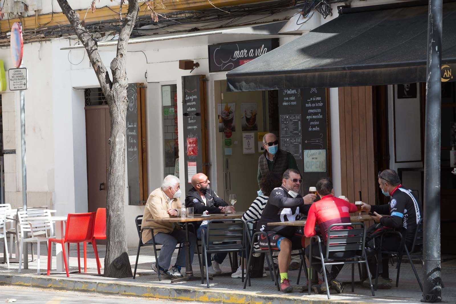 Las terrazas devuelven «la alegría» a Ibiza