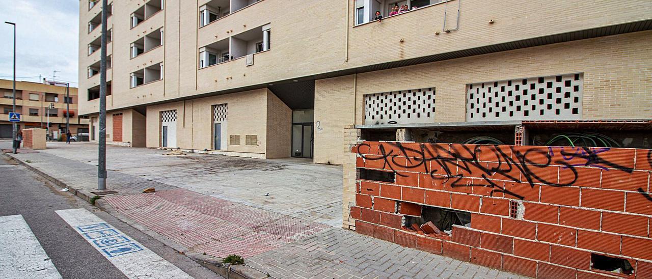 Uno de los dos bloques de La Vila cuyas viviendas están okupadas en su totalidad y generan problemas de convivencia e inseguridad.   LARS TER MEULEN