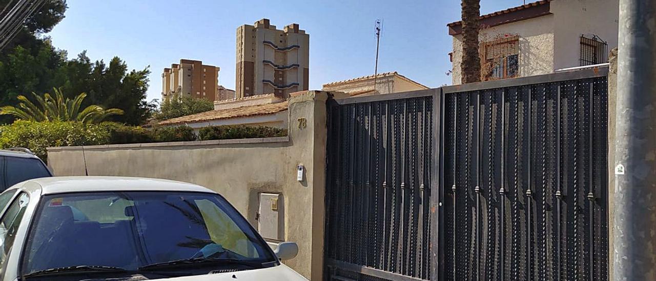 Puerta abierta en un chalé por la que ha sido multado el alcalde por no actuar.