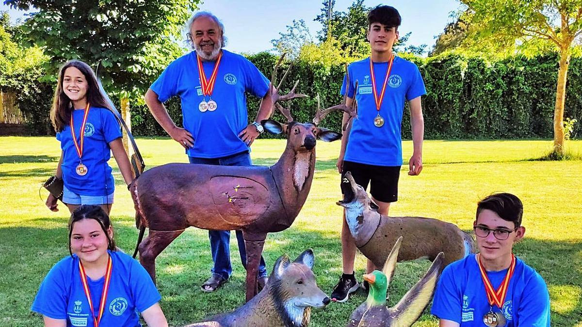 Foto de familia del equipo benaventano.   Cedida