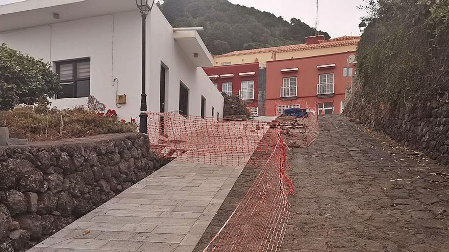 Unas obras de peatonalización destruyen la vía de piedra de Mazo