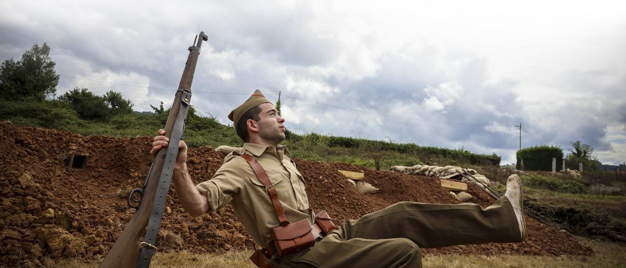 Xaime Fernández emula en Grullos la famosa imagen del miliciano tomada por Robert Capa en Cerro Muriano, uno de los iconos de la Guerra  Civil española. | Irma Collín