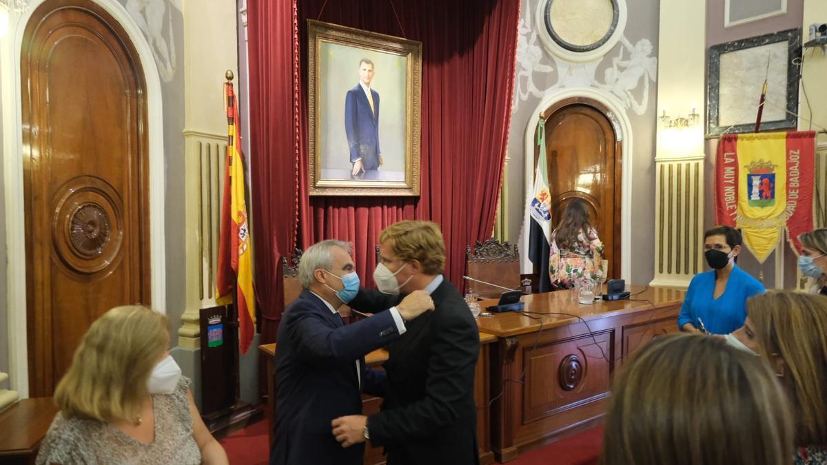 Fragoso y Gragera se abrazan tras el pleno, ayer.