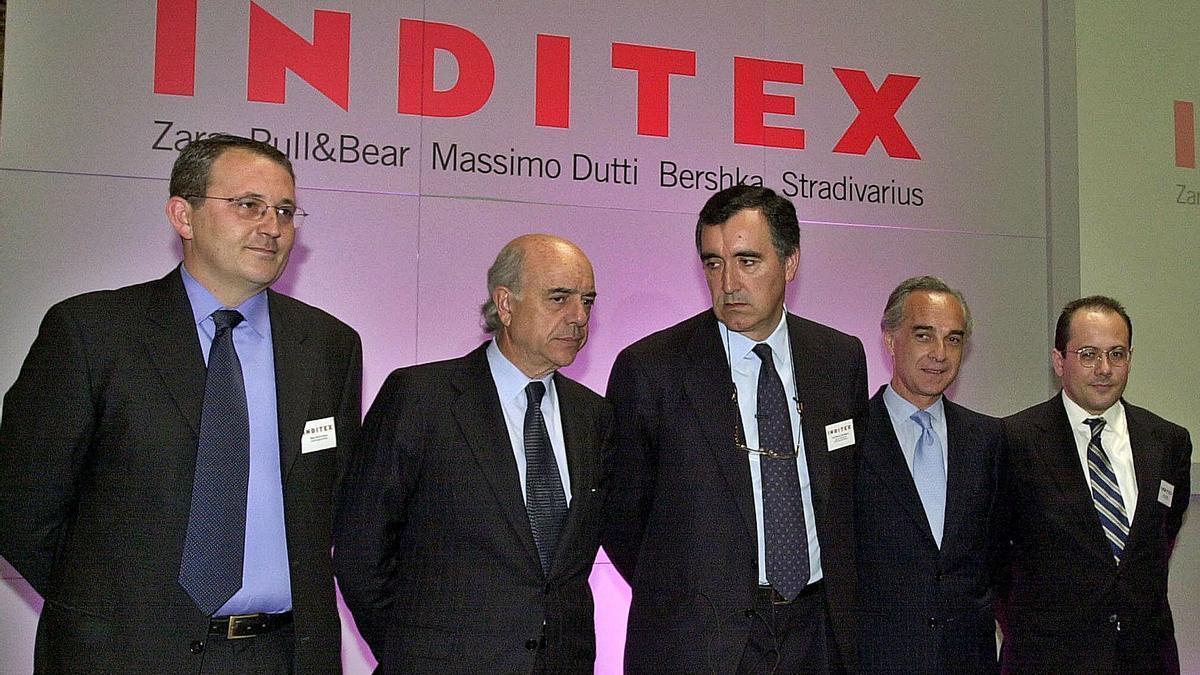 Parte de la comitiva en el debut de Inditex en Bolsa, con el entonces consejero delegado, José María Castellano, en el centro.   | // SERGIO BARRENECHEA