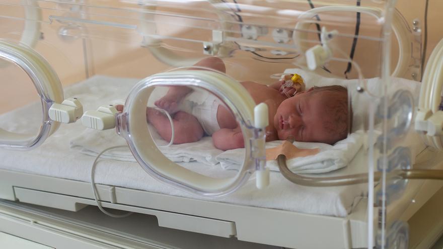 Un bebé de 13 días sufre una fractura de cráneo al caer de la incubadora en Murcia