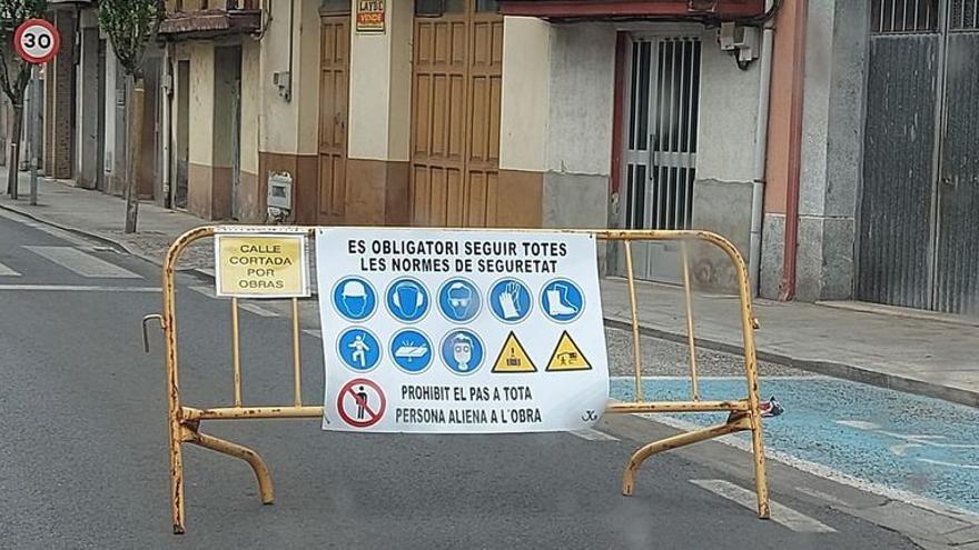 ¿Qué hacen unos carteles de aviso en catalán en unas obras en Galicia?