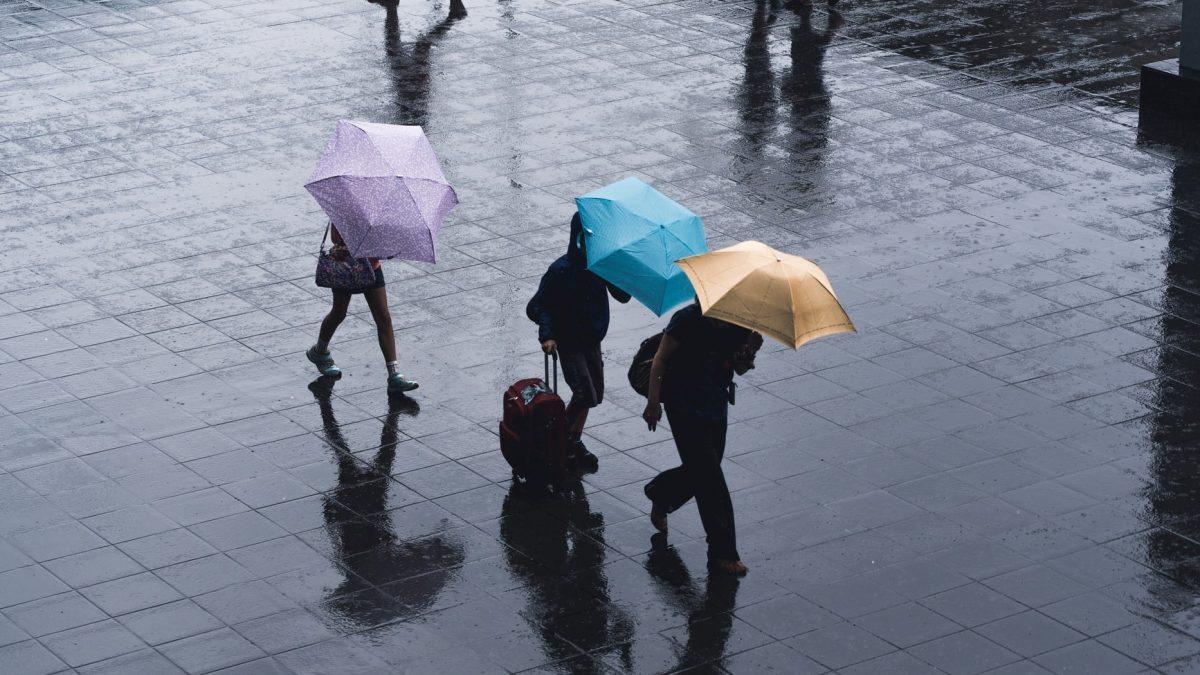 Ideas para protegerse de la lluvia… de la cabeza a los pies.