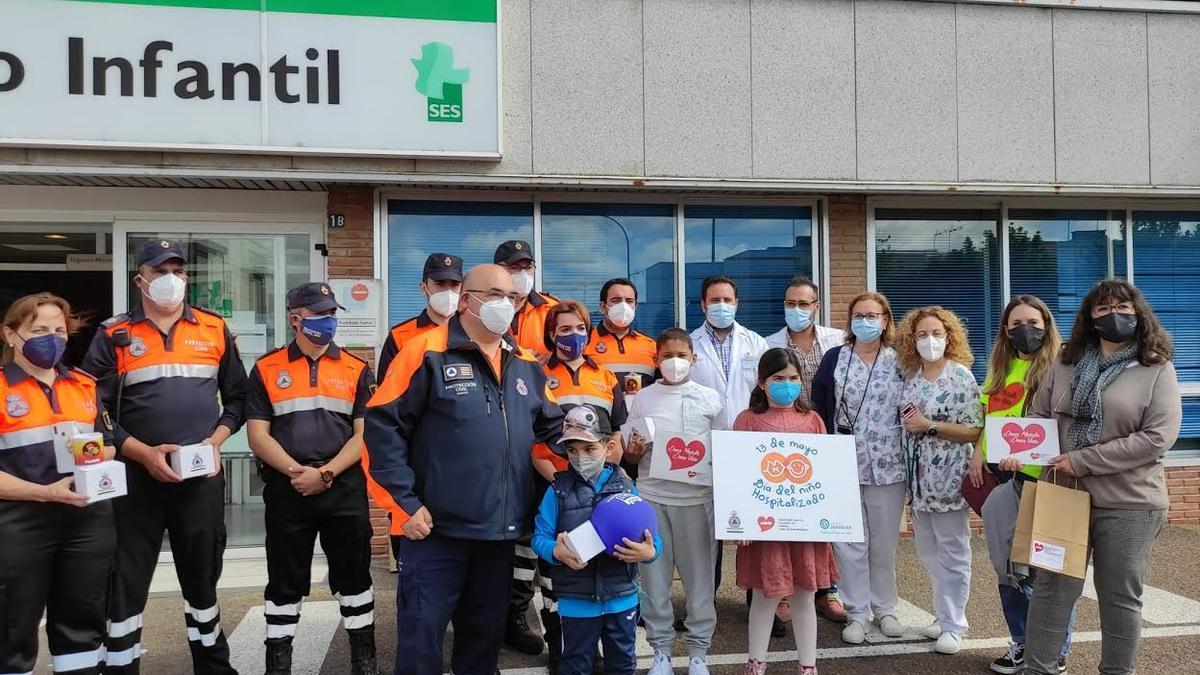 Integrantes de Admo y de Protección Civil, ayer, junto al Materno Infantil.