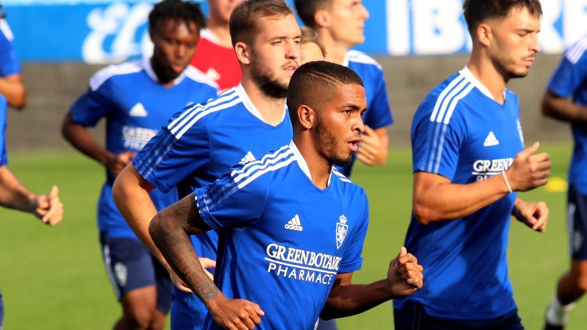 César Yanis trota junto a sus compañeros en su primer entrenamiento con el Real Zaragoza.