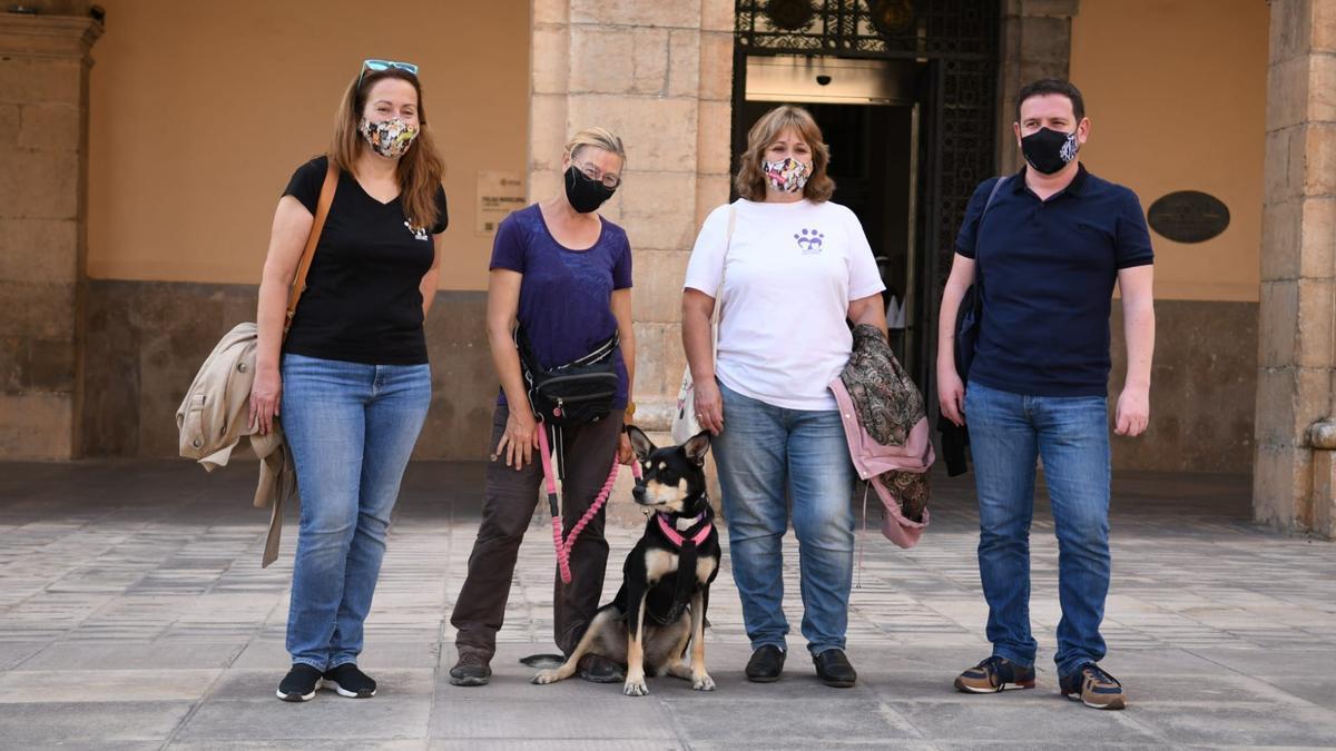 Ignasi con Annie y Dax junto a las representantes de Huellas Callejeras.