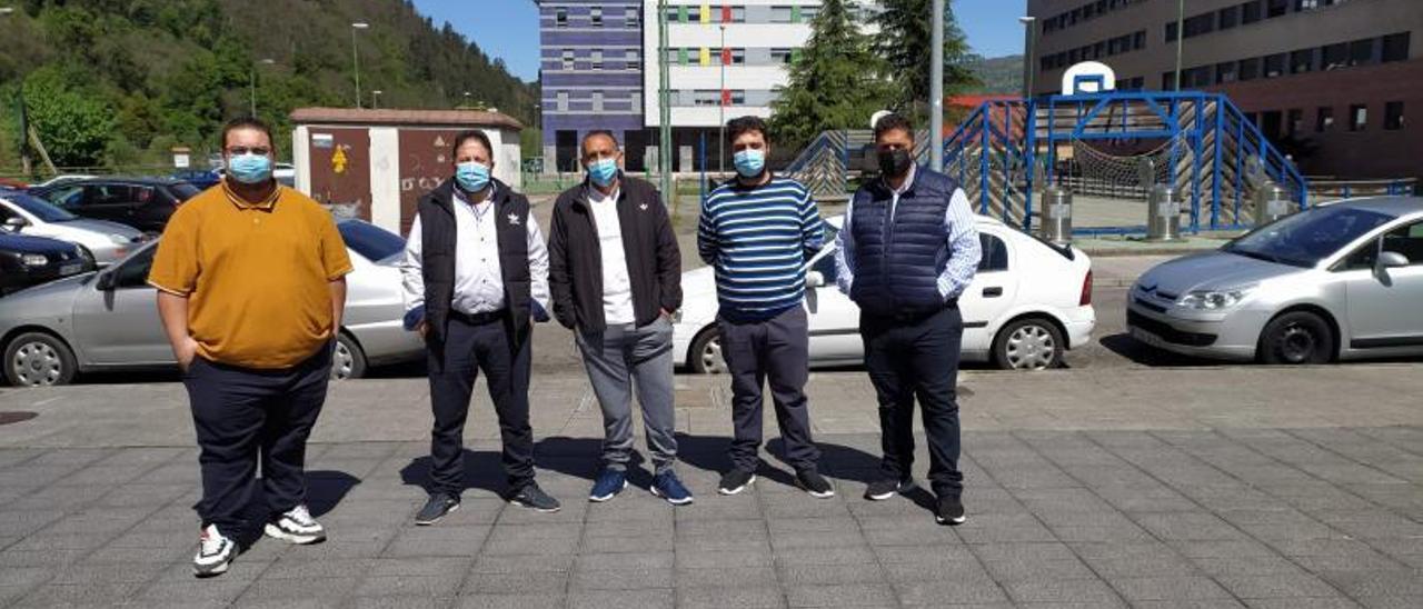Por la izquierda, Narciso Ferreduela, Narciso Barrul, Rafael Vizarraga, Juan Ferreduela y José Gabarre, en el barrio de Nuevo Santullano. | D. M.