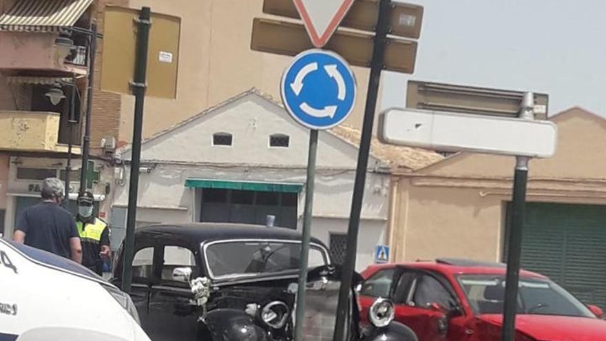 Alquilan un coche clásico para celebrar su boda en Ontinyent y acaban estrellándolo