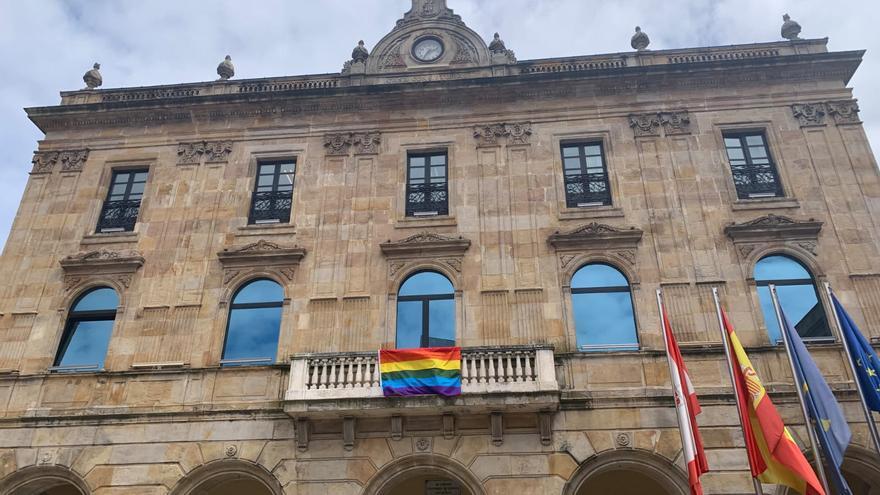 """Vox exige retirar la bandera LGBTI del Ayuntamiento de Gijón: """"Esto no es un tendal"""""""