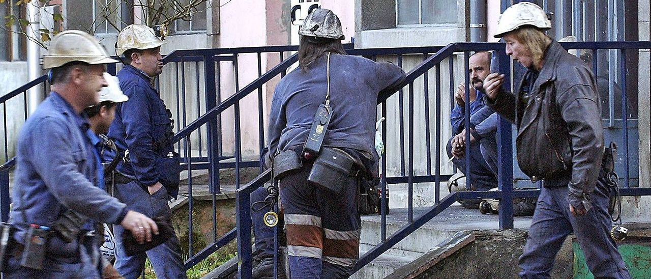 Mineros en el exterior del pozo  Nicolasa, en Mieres, en una  imagen de archivo. | LNE
