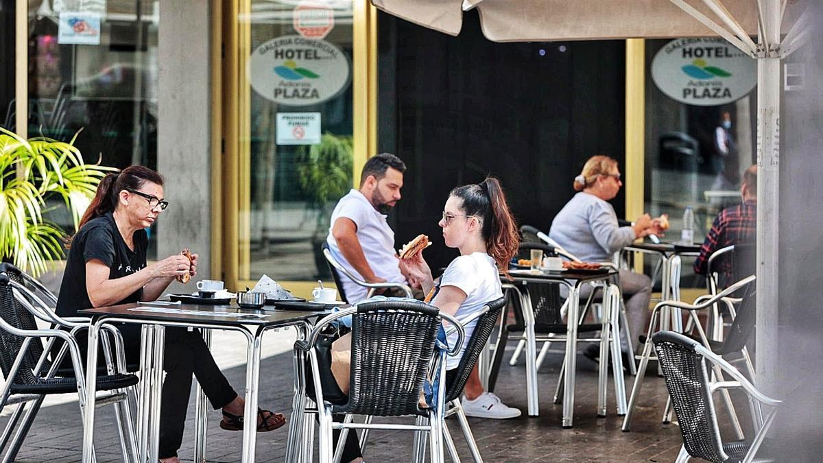 Varios comensales disfrutan de un desayuno en una terraza de Santa Cruz de Tenerife.