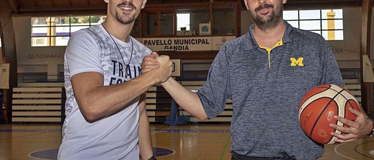 El capitán Alan Kleinjan y el nuevo técnico Alejandro Mesa.   DANI MONLLOR
