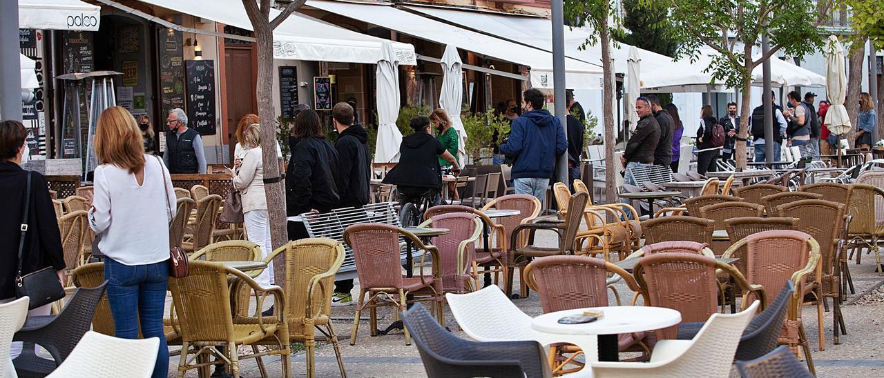 Gente esperando en las terrazas de la plaza del Parque, poco antes de las ocho de la tarde, para sentarse en las mesas   V. MARÍ