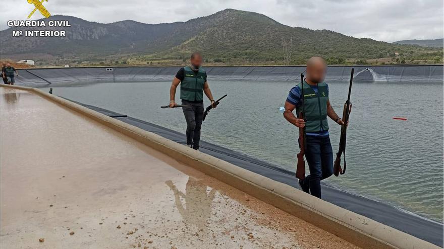 La Guardia Civil recupera nueve armas ocultas en el fondo de un embalse en Monóvar