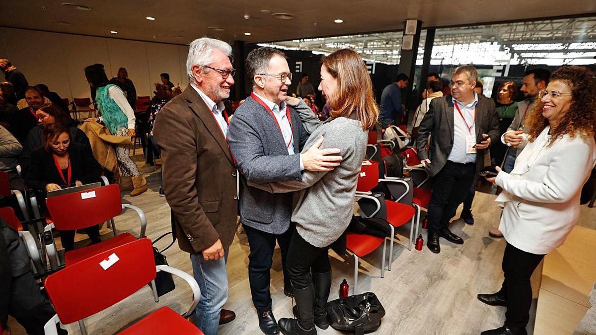 Marí Ribas se abraza a Armengol y, detrás, Pilar Costa, en el congreso de la FSE-PSOE.