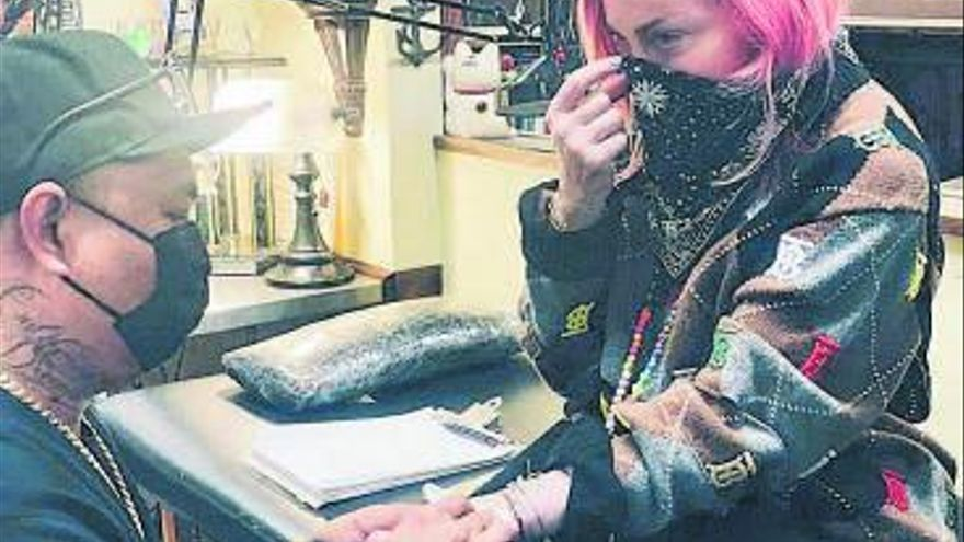 Madonna se hace un tatuaje por primera vez, a los 62 años, y lo comparte en redes sociales