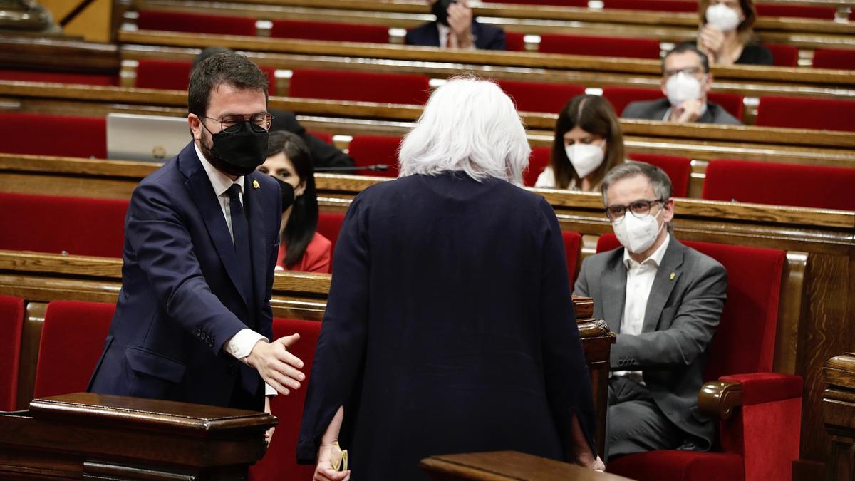 Pla obert del candidat d'ERC, Pere Aragonès, amb la portaveu de la CUP-NCG, Dolors Sabater, a l'hemicicle del Parlament.