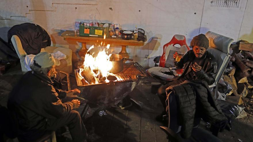 Amigos de la Calle reparte alimentos calientes y ropa para que las personas sin techo ganen la batalla a las bajas temperaturas