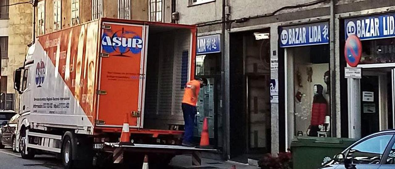El camión de la mudanza, cargando frente al viejo Juzgado.   Rep. de T. C.