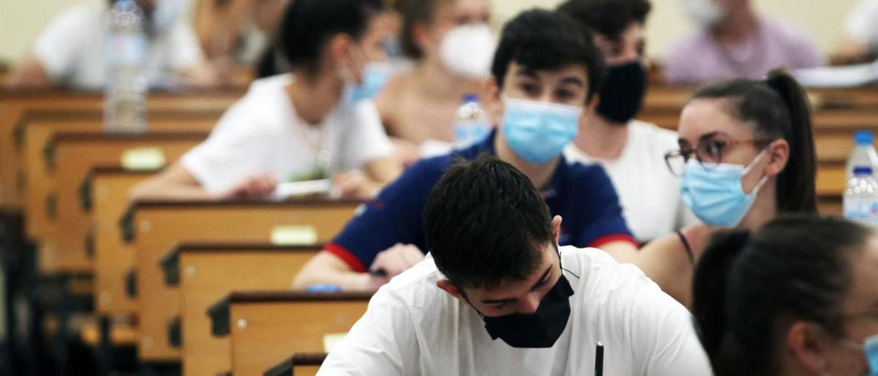 Estudiantes en la Universidad de Málaga en las pruebas de la EBAU.