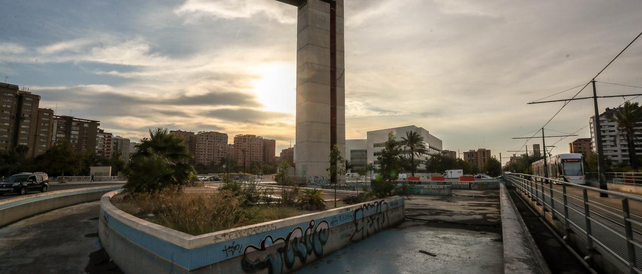 El entorno de la Torre Miramar y la propia estructura presenta un avanzado estado de degradación.