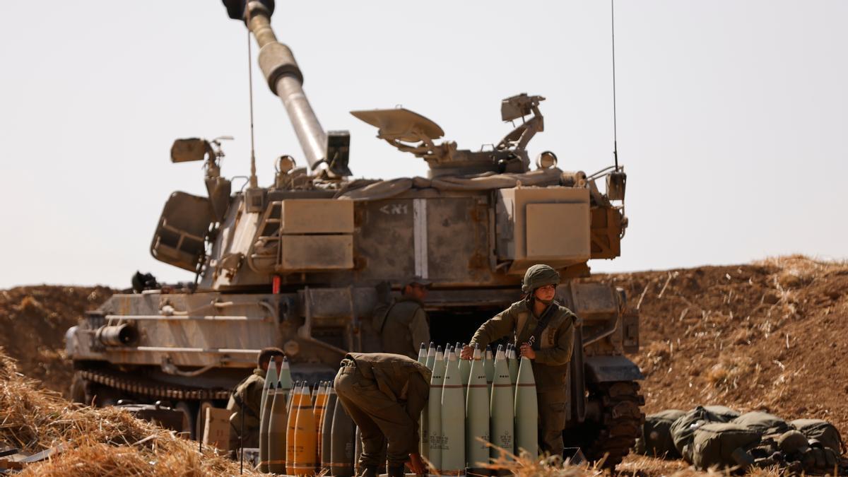 Fuerzas armadas cargan cohetes en la franja de Gaza