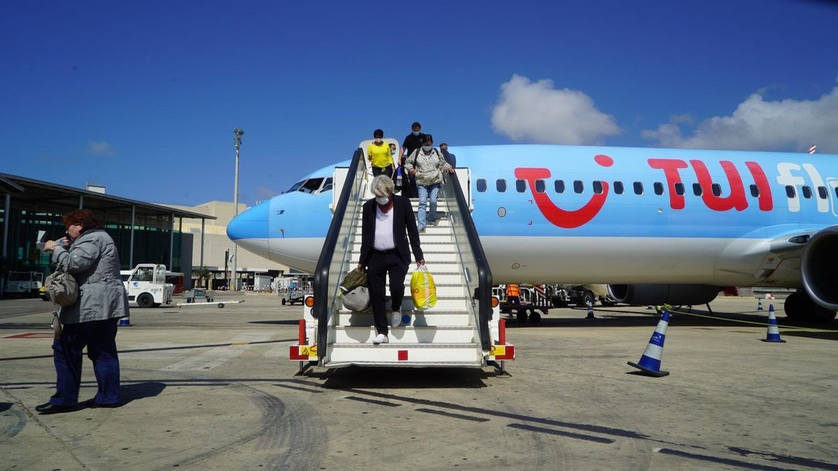 Un grupo de turistas alemanes bajan del avión, en una imagen de archivo.