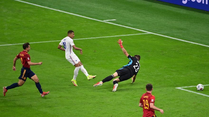 Hasta la prensa francesa duda de la validez del gol de Mbappé