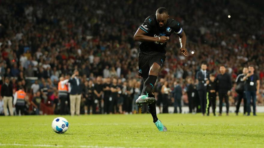 Bolt cumple su sueño en Old Trafford y marca de penalti