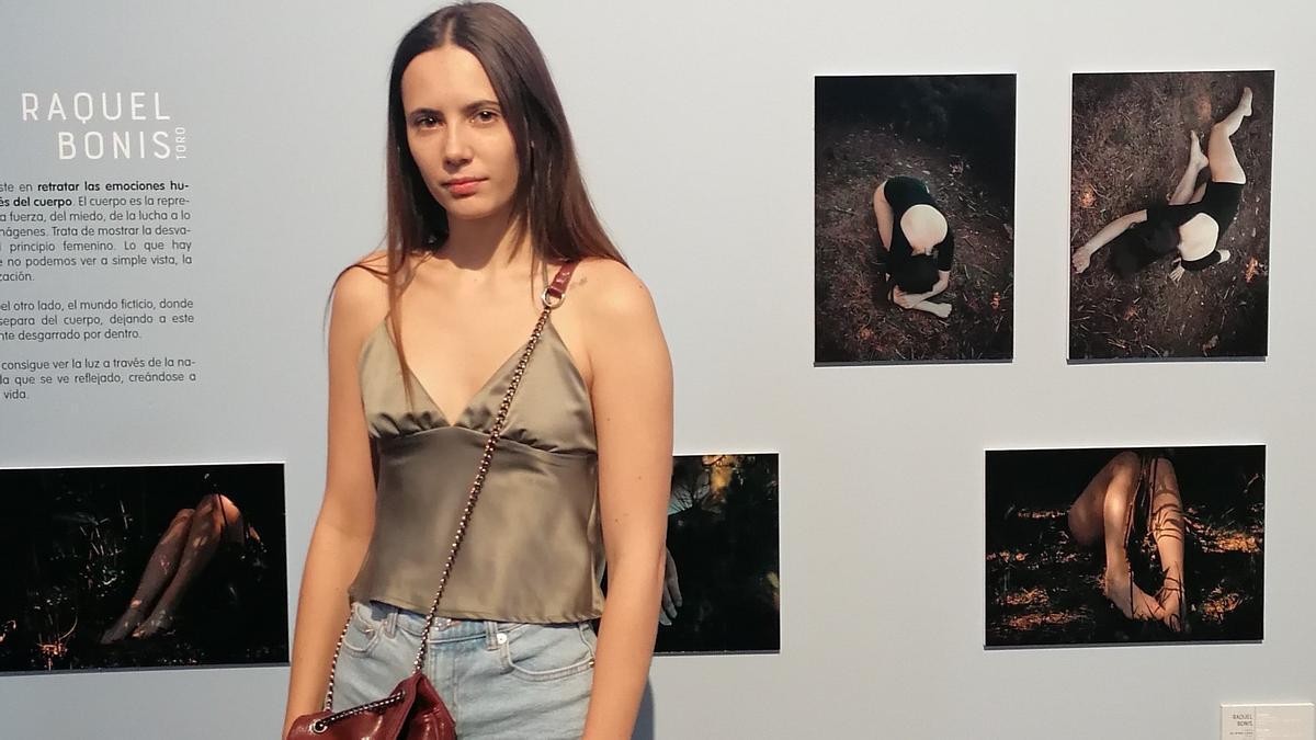 Raquel Bonis Calvo posa con algunas de las fotografías que exhibe en la exposición