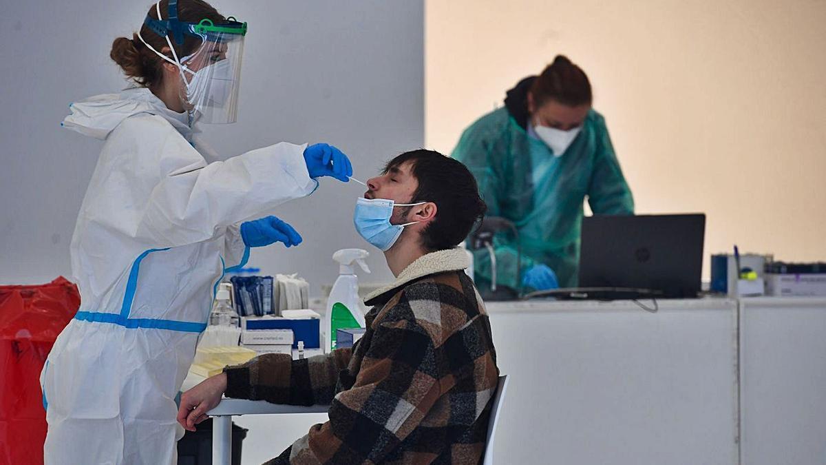 Un joven se somete al cribado que tuvo lugar la semana pasada en A Coruña |  // CARLOS PARDELLAS