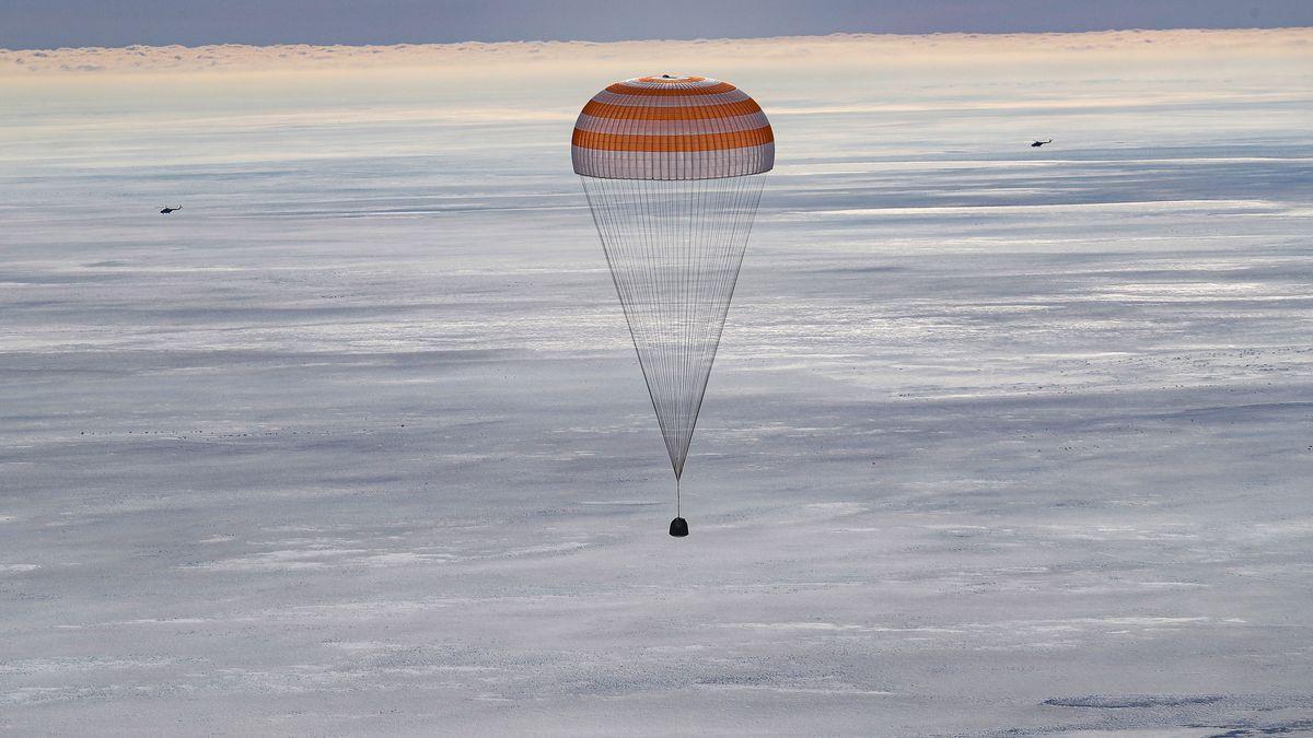 La nave rusa Soyuz MS-17 aterriza en Kazajistán con tres tripulantes