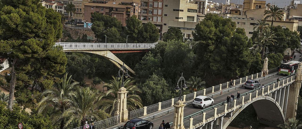 El puente de Canalejas con vehículos circulando para acceder al casco histórico de la ciudad.  