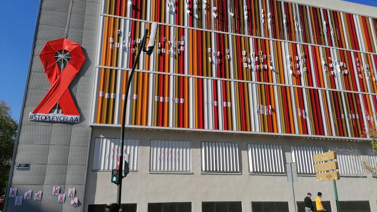Colegio Mare de Déu de Penya-roja, con el lazo naranja.