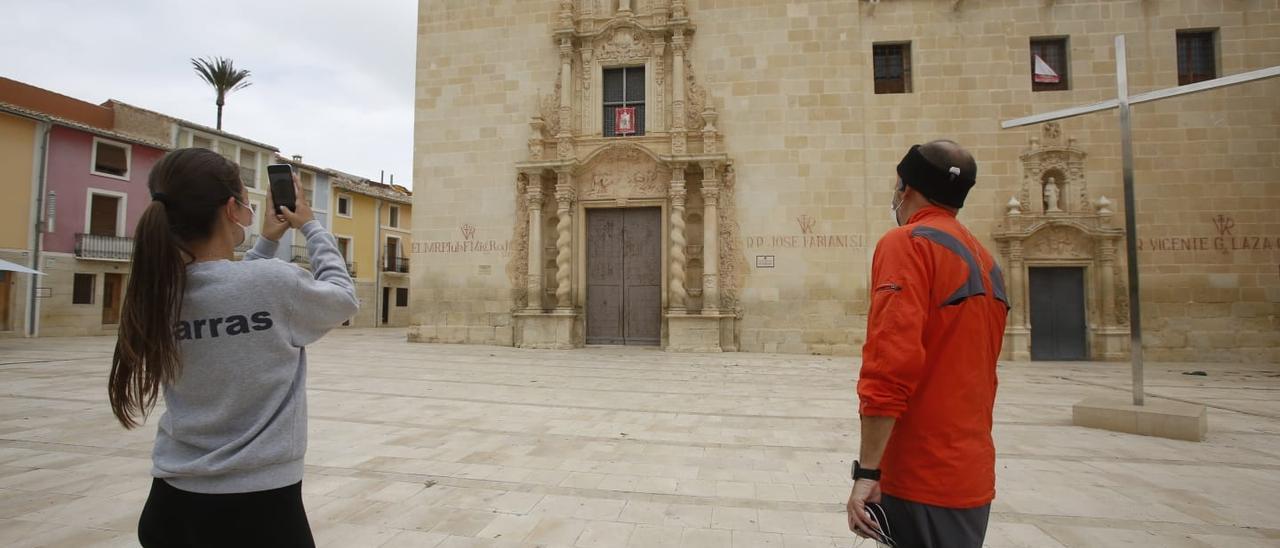 Dos ciudadanos, esta mañana, a las puertas del monasterio de la Santa Faz