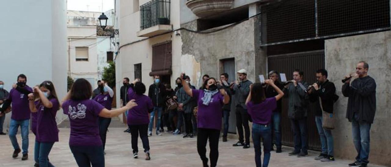 El Grup de Danses de Daimús amb tabalet i dolçaina.   GRUP DANSES DAIMÚS