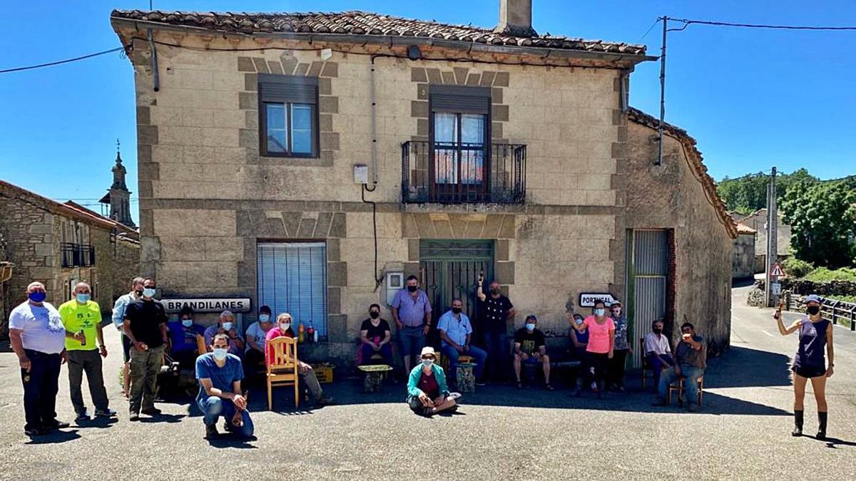 Grupo de personas de Moveros que han participado en el concejo para la limpieza de fuentes. | Ch. S.
