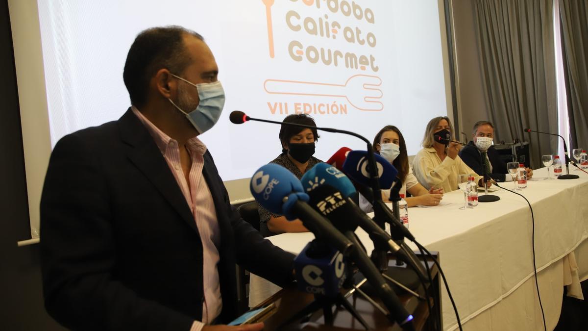 Enrique Merino, Celia Jiménez, Inmaculada Siles, Isabel Albás y Ángel Pimentel, en la presentación de la edición de este año de Califato Gourmet.